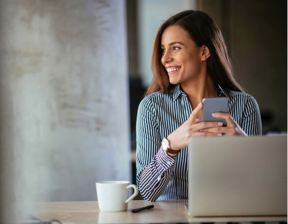 fact advisor frau handy smartphone happy